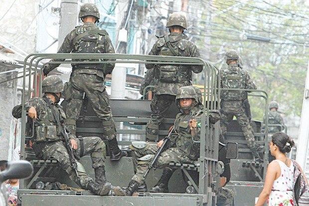 Comandante do Exército visita a Força de Pacificação Maré