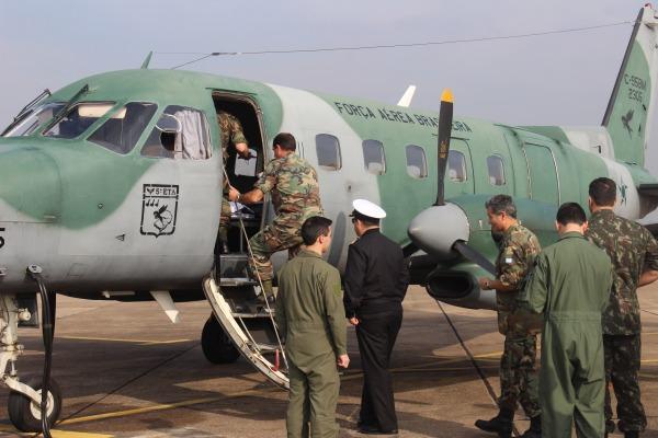FAB transporta comitiva de estrangeiros em visita à fronteira sul do país