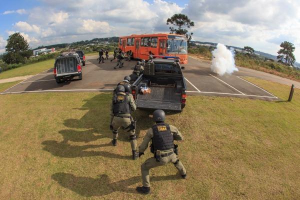 Militares treinam resgate de vítimas em ônibus sequestrado e defesa química