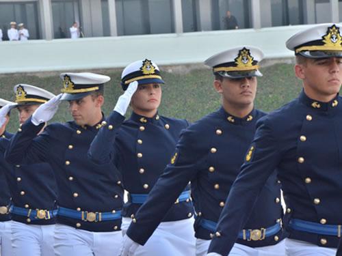 Escola Naval realiza Cerimônia de Juramento à Bandeira e entrega de Espadim