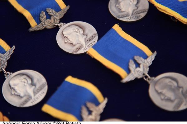 FAB concede medalha Santos-Dumont a 184 pessoas em Brasília