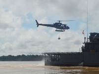 """Aeronave transportando tambores de combustível do NAsH """"Carlos Chagas"""""""