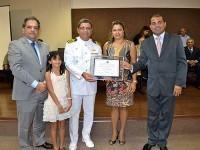 Capitão-de-Mar-e-Guerra Levi Alves com sua esposa e filha recebendo o título com os vereadores Silvio Camelo e Francisco Hol