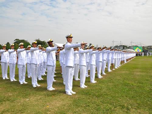 Guardas-Marinha (RM2) prestam Juramento à Bandeira no Centro de Instrução Almirante Alexandrino