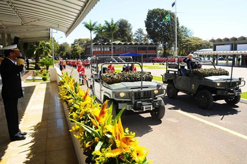Veteranos desfilam em viaturas militares em continência ao Chefe de Operações Conjuntas do Estado-Maior Conjunto das Forças Armadas