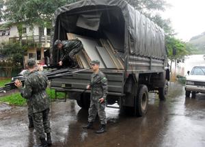 Militares ajudam população atingida por enchentes no Sul do país
