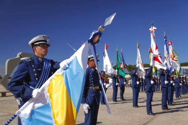 Substituição da Bandeira Nacional atrai turistas em Brasília