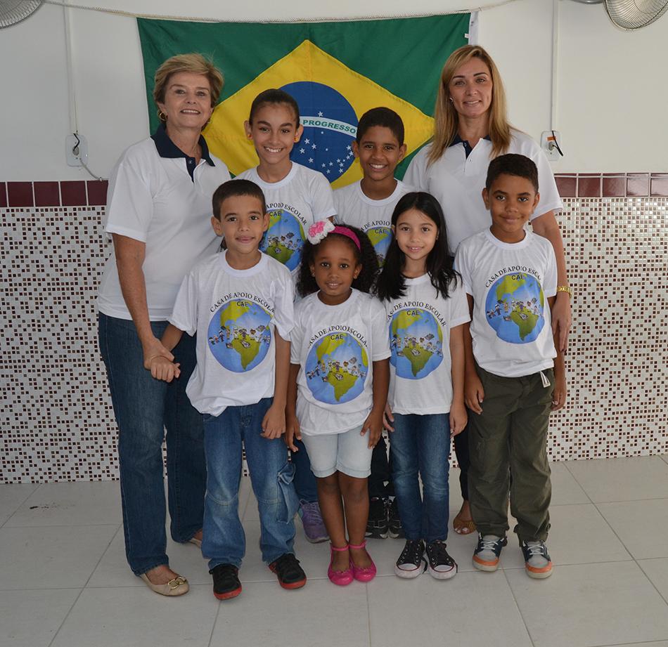 Sheila Royo e Sárvia Blum com crianças da Casa de Apoio Escolar
