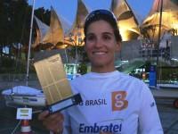 Velejadora brasileira, 3SG EP-RM2 Martine Grael, com o troféu de campeã
