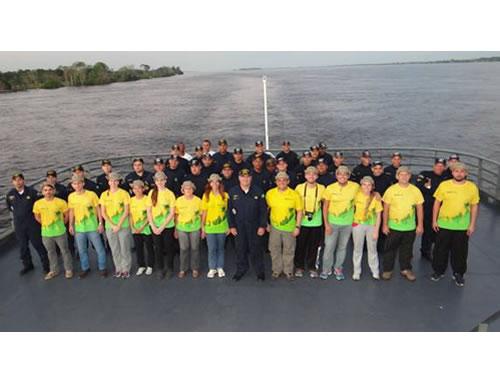 Militares do navio e integrantes do Projeto Rondon