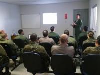 Tripulantes da FAB passam por treinamento de gerenciamento