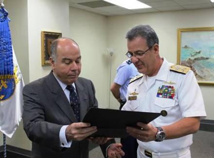 V Alte Bento entregando o diploma e o distintivo de Submarinista Honorário ao Embaixador Mauro Vieira