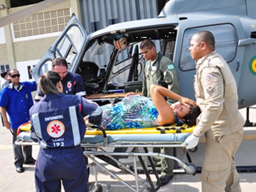 Mulher sendo resgatada por helicóptero da Marinha do Brasil
