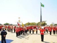 Apresentação da Banda Marcial do Corpo de Fuzileiros Navais durante substituição da Bandeira Nacional da Praça dos Três Poderes, em Brasília