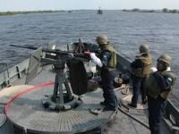 Militares guarnecem a metralhadora Oerlikon 20mm