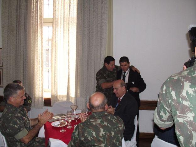 Gen Mourão sendo homenageado pelo Aluno Rodrigo Hoppe, da PRF