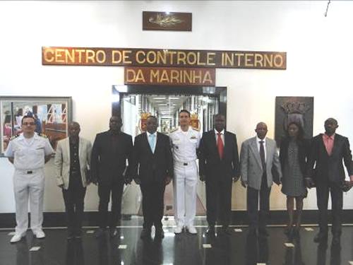 Militares da Marinha do Brasil e comitiva angola