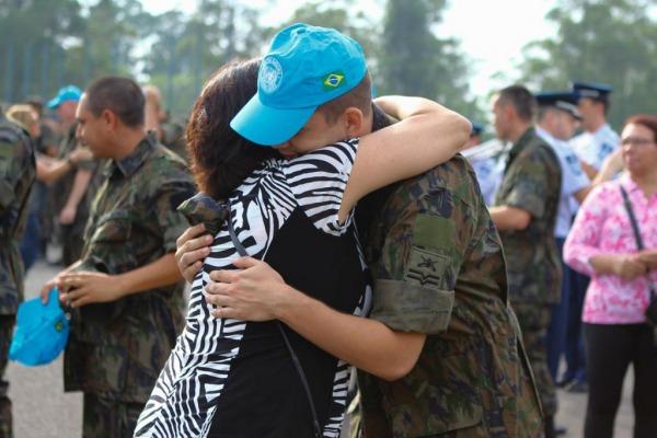 Militares da FAB que integram 21º contingente no Haiti recebem gorro azul