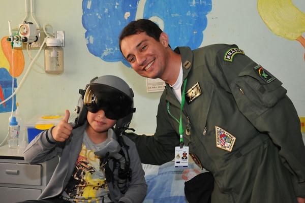 Militares da Força Aérea Brasileira visitam ala pediátrica de hospital no Chile