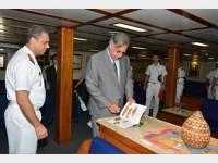 """Comandante do Navio-Escola """"Brasil"""" e o Embaixador do Brasil na Grécia, Sr. Edgard Antonio Casciano, durante mostra de artesanato"""