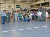 Militares e familiares durante despedida no hangar do Esquadrão HU-1