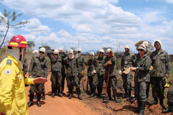 Militares e civis participam de curso de combate a incêndio em Minas Gerais