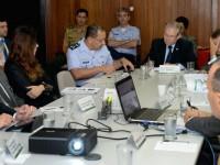 Ao fundo, brigadeiro José Euclides, do Ministério da Defesa, participa da reunião na SAE