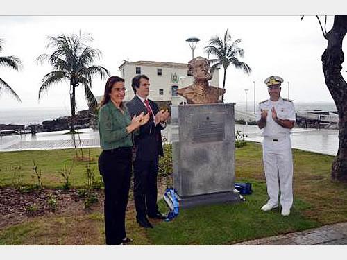 Comando do 2º Distrito Naval inaugura busto do Almirante Tamandaré na nova orla da Barra em Salvador (BA)