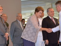 Presidenta Dilma Rousseff cumprimenta oficiais-generais das Forças Armadas
