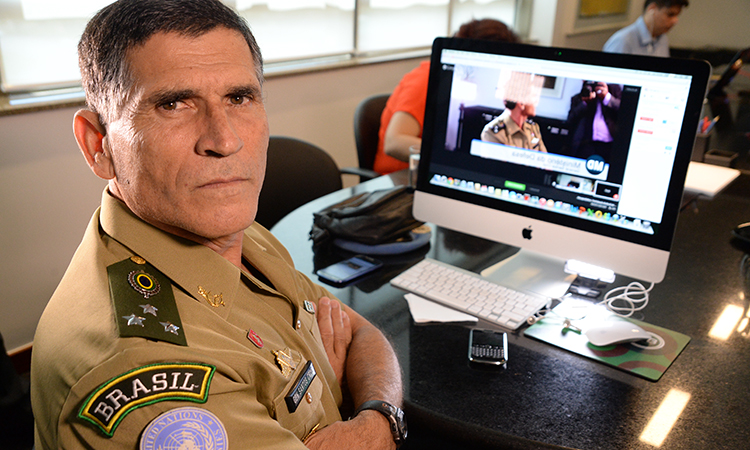 Force Commander da Monusco, no Congo, General Santos Cruz conversou por uma hora com internautas no hangout da Defesa