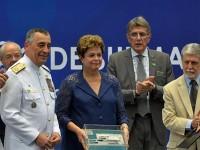 Dilma Rousseff exibe maquete do Estaleiro entre o governador do Rio de Janeiro, Luiz Fernando Pezão, o comandante da Marinha, almirante Moura Neto, e o ministro da Defesa, Celso Amorim