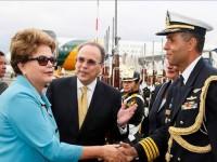 Autoridades e militares recepcionando a Presidenta do Brasil
