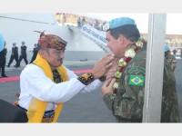 Comandante da FTM recebe a guirlanda de Remo, prática usada nas cerimônias militares para atrair bons fluidos