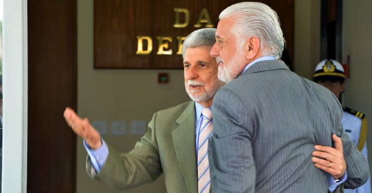 O ex-ministro Celso Amorim recepcionou Jaques Wagner no térreo do Ministério da Defesa: transmissão de cargo