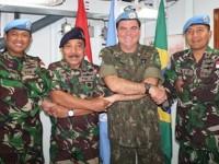 Oficiais se cumprimentam seguindo a tradição Indonésia No centro os Almirantes (ESQ.) Didik Wahyndi e Walter Eduardo Bombarda (DIR.)