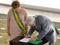Ao lado da presidenta Dilma Rousseff, Jaques Wagner assina termo de posse para assumir o Ministério da Defesa