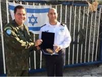 Comandante da FTM, C Alte Bombarda, entrega um brasão da Marinha do Brasil ao C Alte israelense David Saar Salama