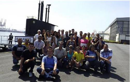 """Visitantes em frente ao submarino """"Tapajó"""""""