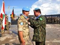 Comandante da FTM, C Alte Walter Eduardo Bombarda, condecora com a Medalha das Nações Unidas , o Capitão-de-Fragata Jörn Rühmman