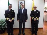 Embaixador do Brasil no Equador e os dois oficias da Marinha do Brasil