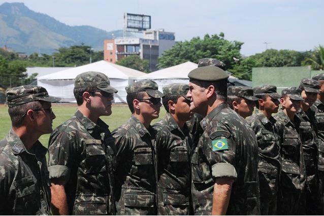 Visita do Comandante do Exército à Força de Pacificação da Maré