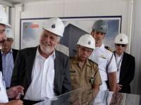 """Jaques Wagner, ao centro, conhece a maquete do Estaleiro e Base Naval de Itaguaí: """"profundamente orgulhoso"""" com a evolução do projeto"""