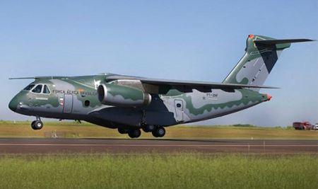 KC-390: novo avião da FAB faz voo inaugural