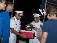 Almirante Moura Neto recebe brindes do Corpo de Fuzileiros Navais