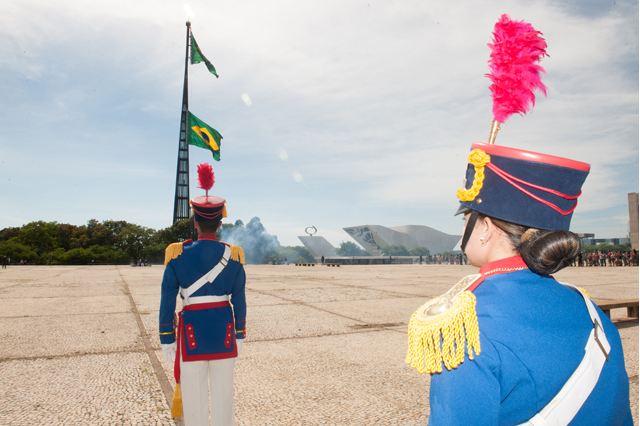 Substituição da Bandeira Nacional na Praça dos Três Poderes