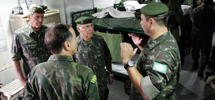 General De Nardi entre o comandante Militar do Leste, general Modesto, e o comandante da Força de Pacificação, general de Souza