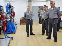 Almirante-de-Esquadra Ilques, Vice-Almirante Guerreiro e Contra-Almirante Iberê em um dos laboratórios da Escola de EL/ET