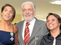 A campeã mundial de maratona aquática Ana Marcela da Cunha, junto da mãe, é cumprimentada pelo ministro Jaques Wagner