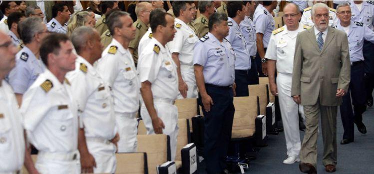 O ministro Jaques Wagner chegou acompanhado do comandante da Marinha, almirante Leal Ferreira, para proferir a aula magna do CSD