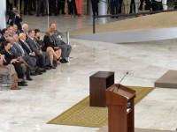 Wagner, de terno claro na plateia, assiste ao discurso da presidenta Rousseff: pacote anticorrupção